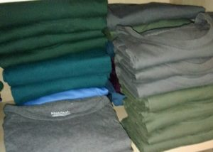 Bildausschnitt von 3 Stapeln T-Shirts