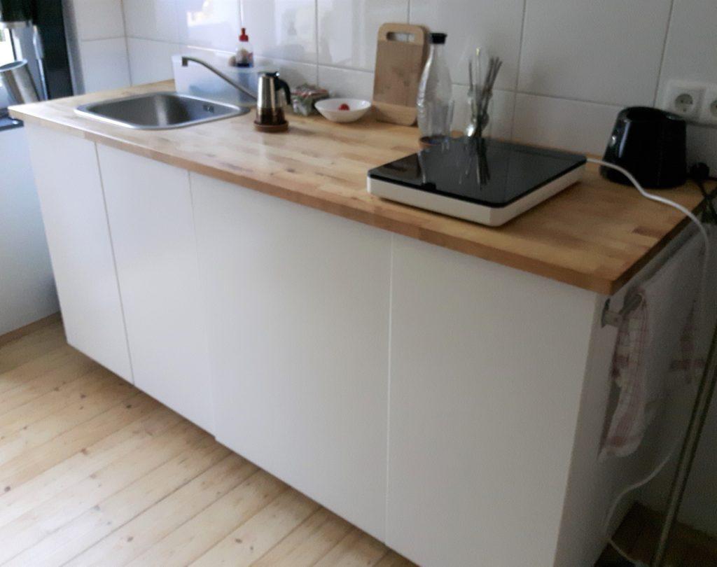 Bildausschnitt Küche mit Unterschränken: Spüle, 60er und 40er Schrank und einigen Küchenuntensilien auf der Arbeitsplatte