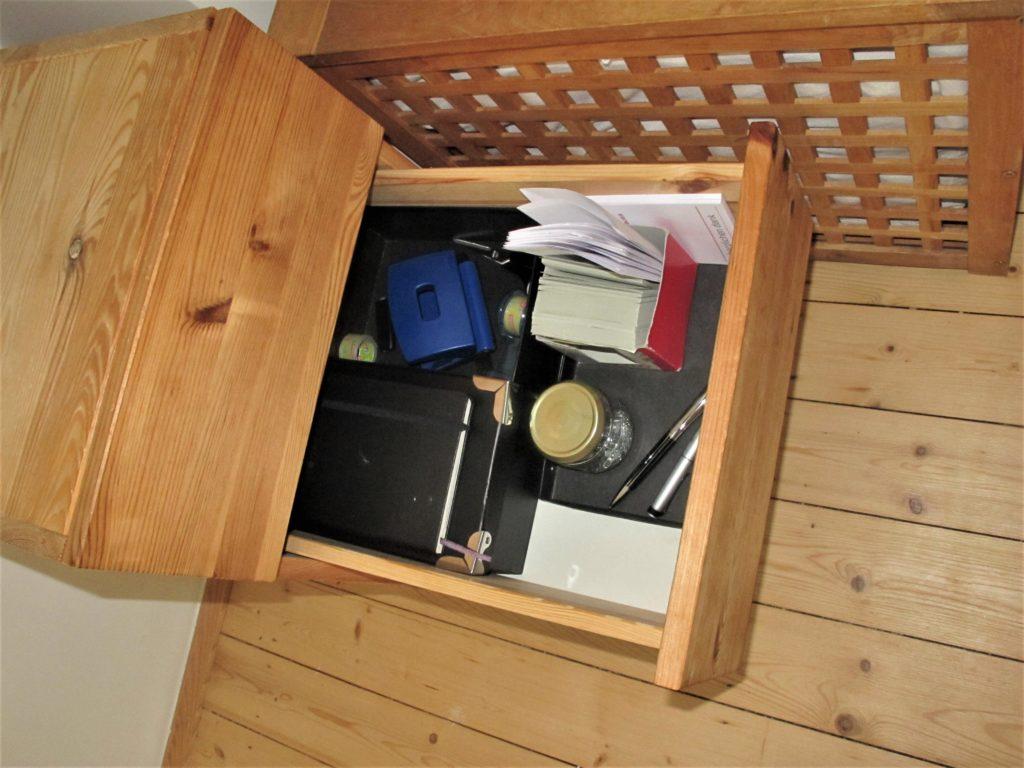 Schreibtischcontainer mittlere Schublade mit diversem Bürozubehör