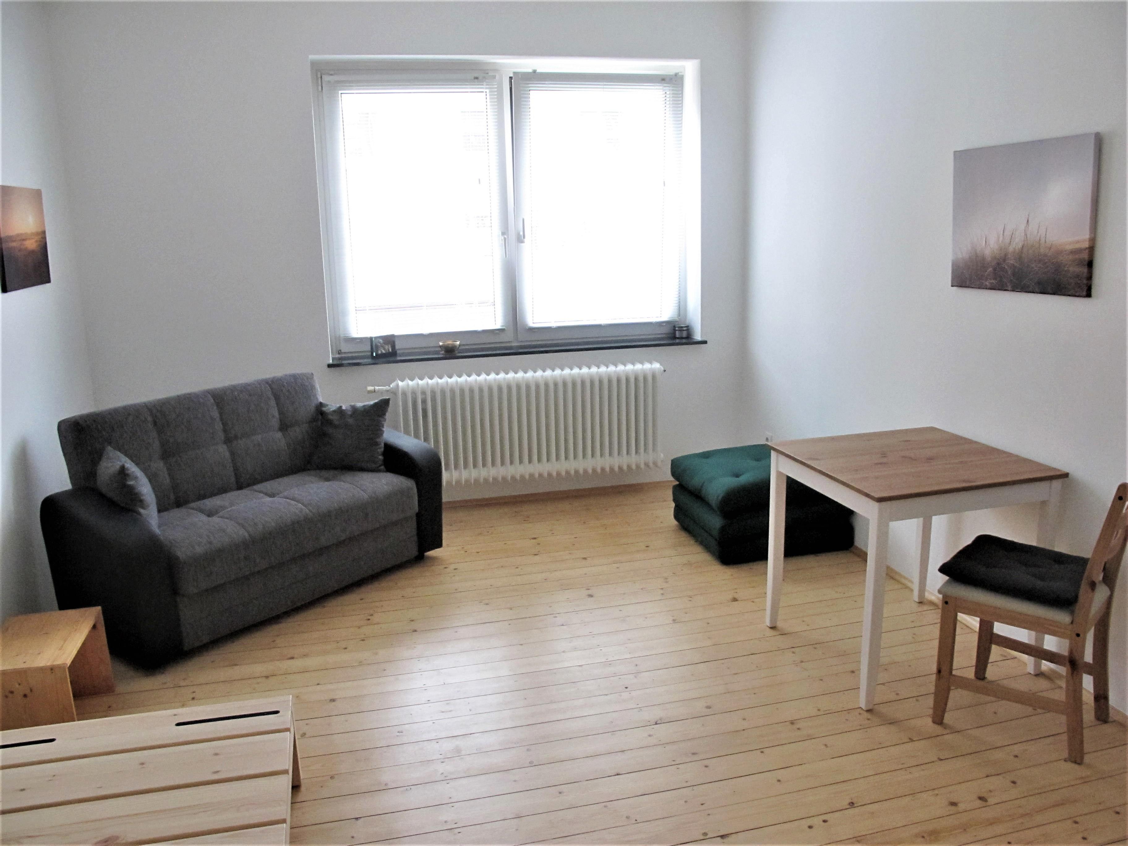 Wohnschlafraum Mit Futonpodest, Sofa, Kleine Klappmatratze, Tisch, Stuhl