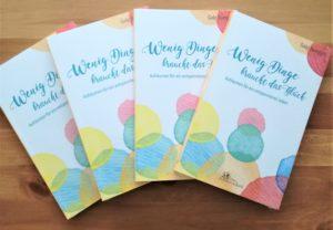 """4 auf einem Tisch liegende Bücher von """"Wenig Dinge braucht das Glück"""""""