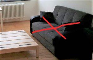 Foto eines Sofas, mit roten Strichen durchkreuzt.