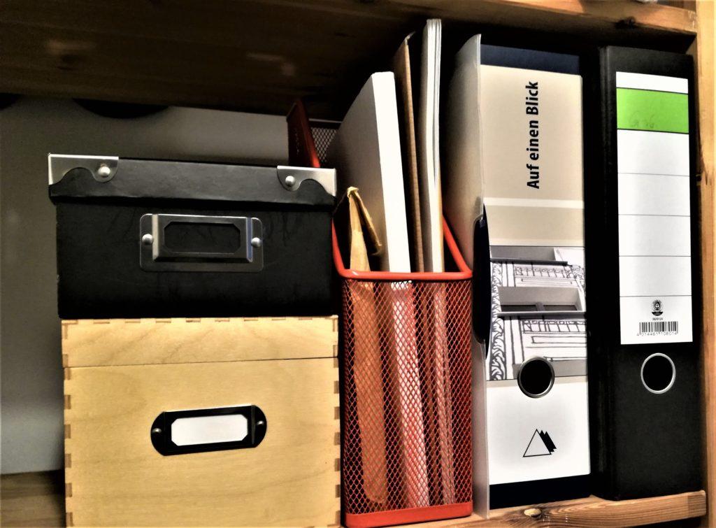 Regal mit 2 Ordnern, 1 Stehsammlern und 2 Kisten