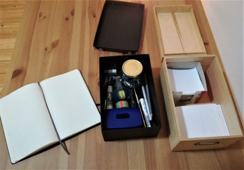 1 Notizblock, 1 schwarze Kisten mit Bürozubehör, 1 Holzkiste mit Notizzetteln
