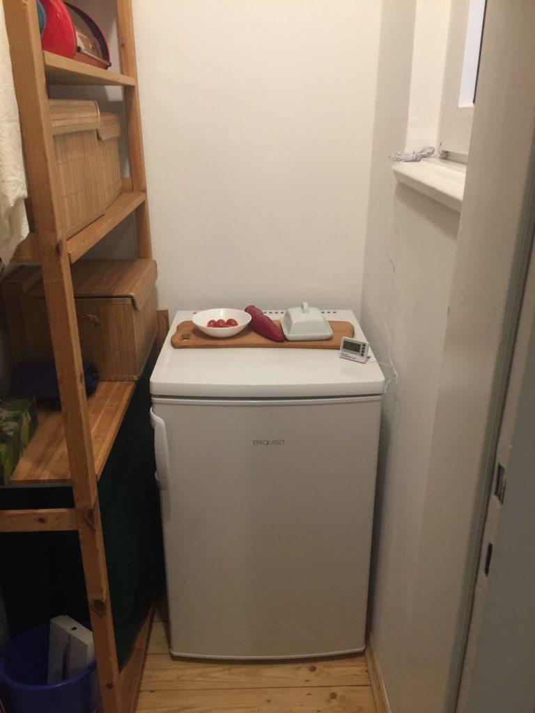 Ein Kühlschrank in einer kleinen Abstellkammer