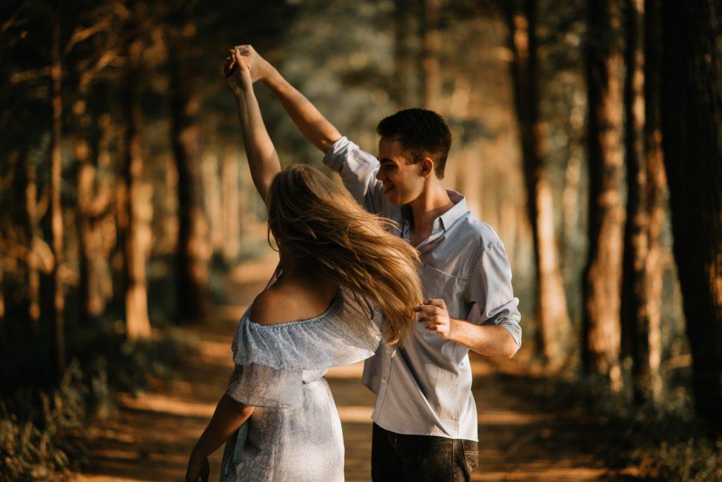 Mann und Frau tanzen im Wald