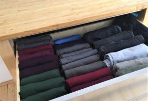 Schublade mit T-Shirts, Langarm-Shirts und Hosen