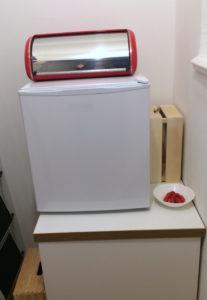 Abstellkammer mit ca. 50x50cm großen Kühlschrank auf Unterschrank