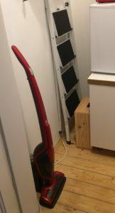 Roter Akku-Staubsauger in einer Abstellkammer