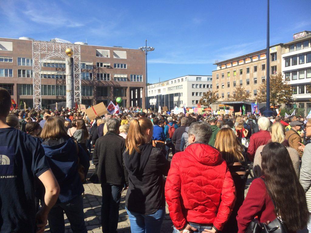 Menschenmenge auf dem Dortmunder Friedensplatz beim Klimastreik am 20.9.19