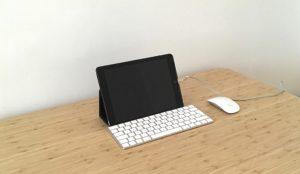 Tablet mit Tastatur und Maus auf einem Schreibtisch