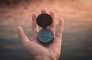Geöffnete Hand, auf der ein Kompass liegt