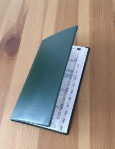 Terminkalender auf Holztisch liegend
