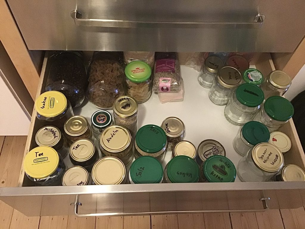 Schublade mit Lebensmittelvorräten, zumeist in Gläsern