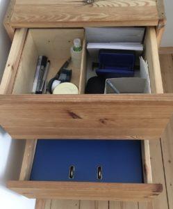 2 geöffnete Schubladen mit Aktenordnern und einigen Bürountensilien