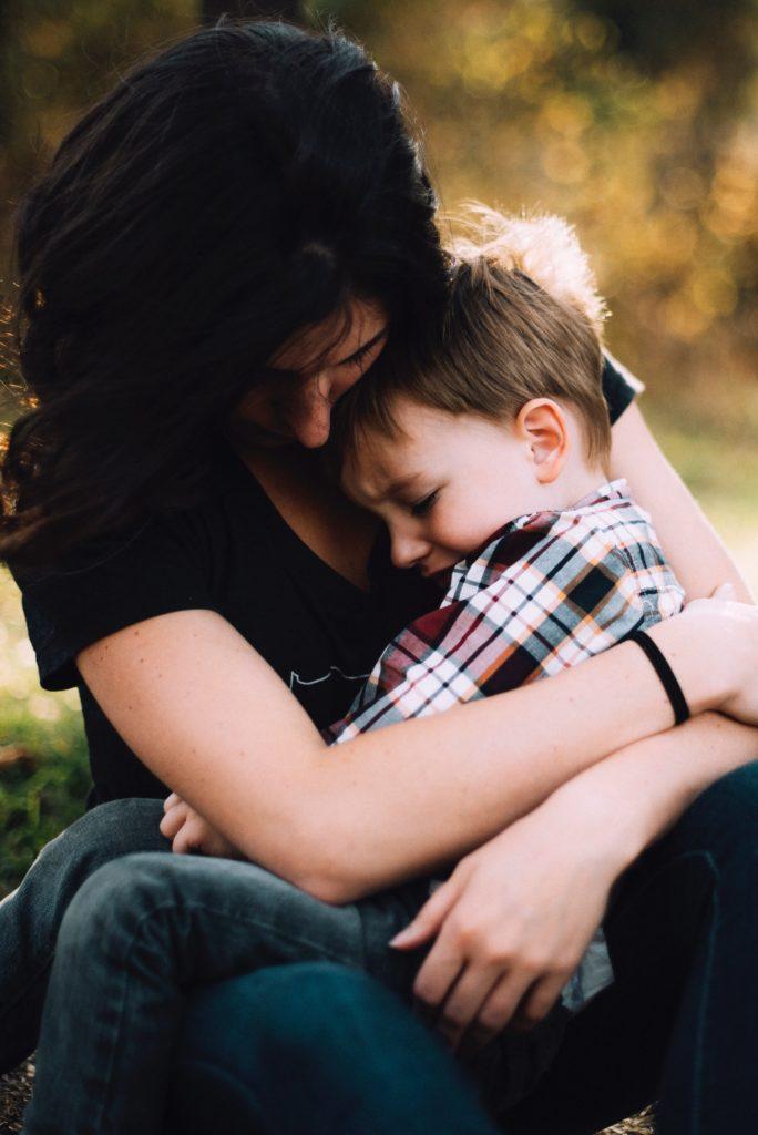 Frau tröstet Kind