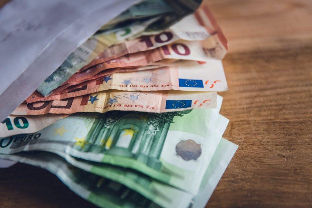 Mehrere aufgefächterte Euroscheine