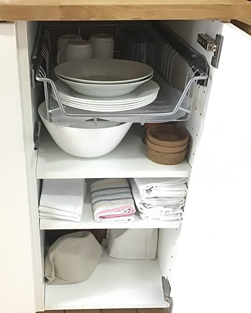 Küchenschrank mit Geschirr, Schüsseln, Geschirrhandtüchern,