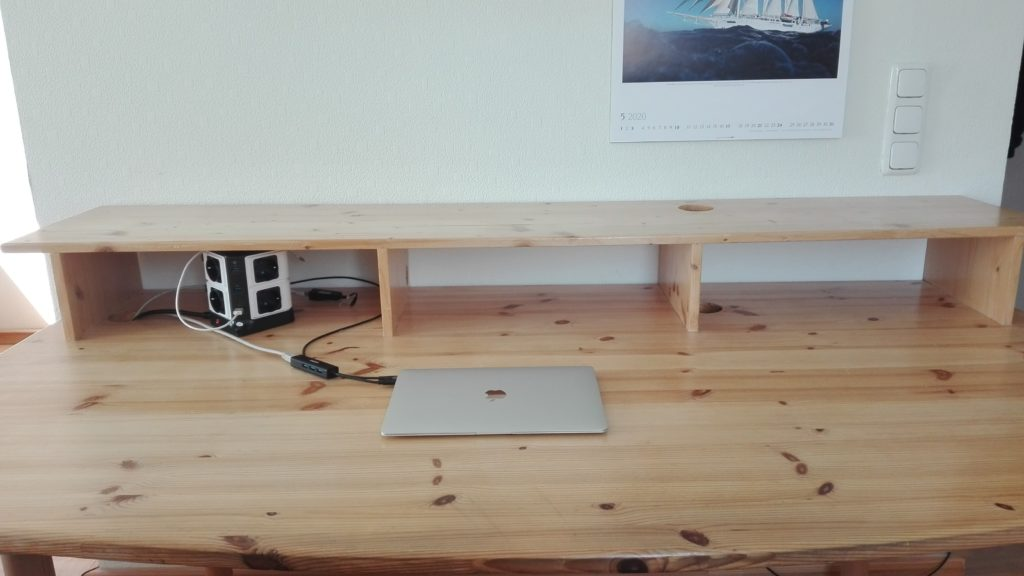 Schreibtischplatte mit Laptop und Mehrfachstecker