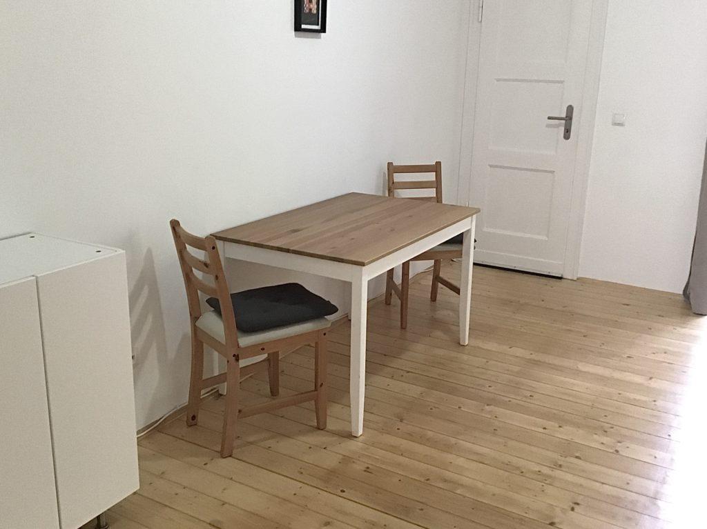 Mini-Kleiderschrank und Esstisch mit 2 Stühlen