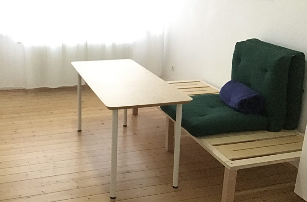 Multifunktionsmöbel - Holzgestell 90x200cm mit grüner Futonklappmatratze und einem davor stehenden Tisch