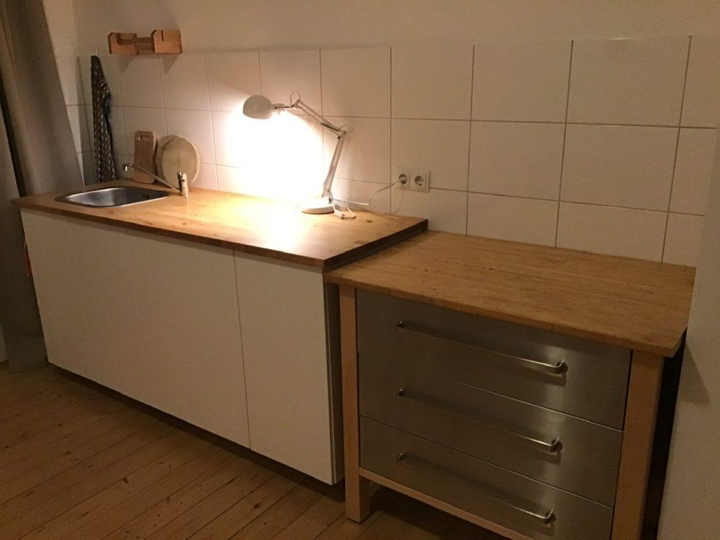 Leere Küchenzeile mit kleiner Tischlampe darauf