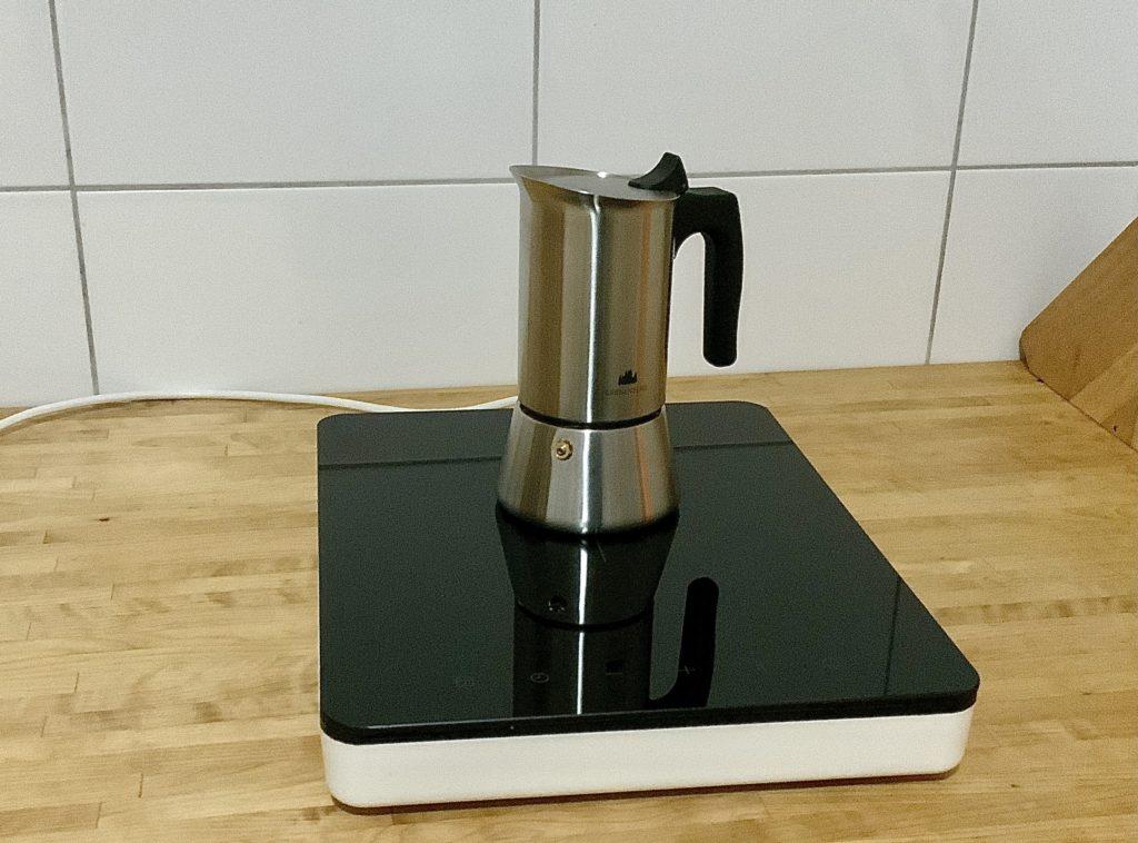 Espressokocher auf einer Kochplatte stehend