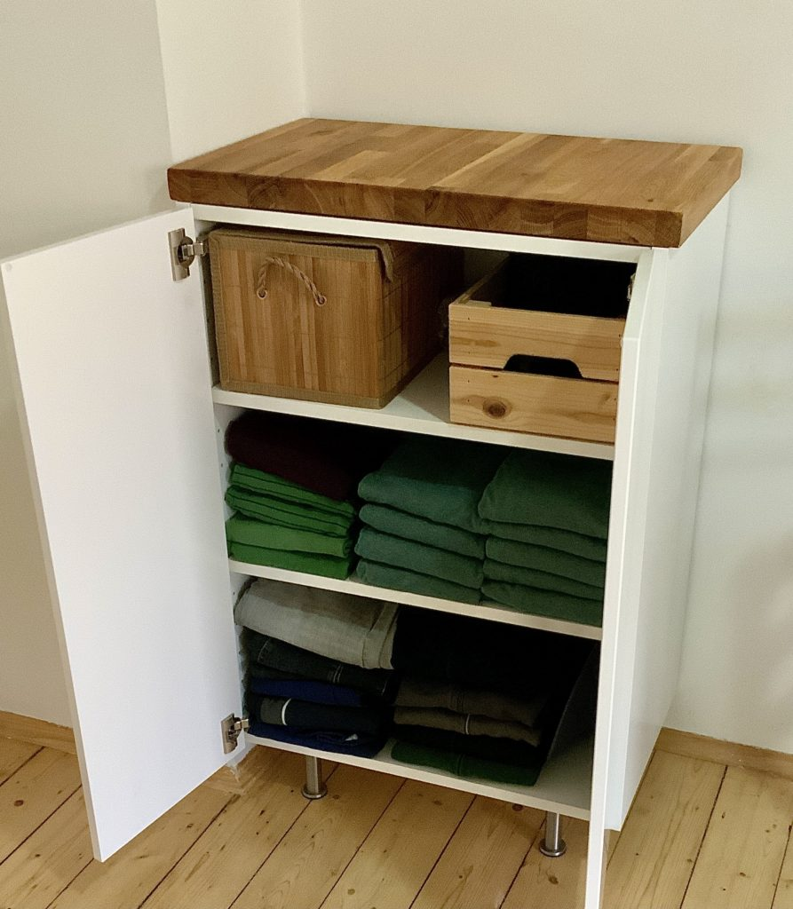 Geöffneter Schrank (Größe 80x60x35) mit Kleidung