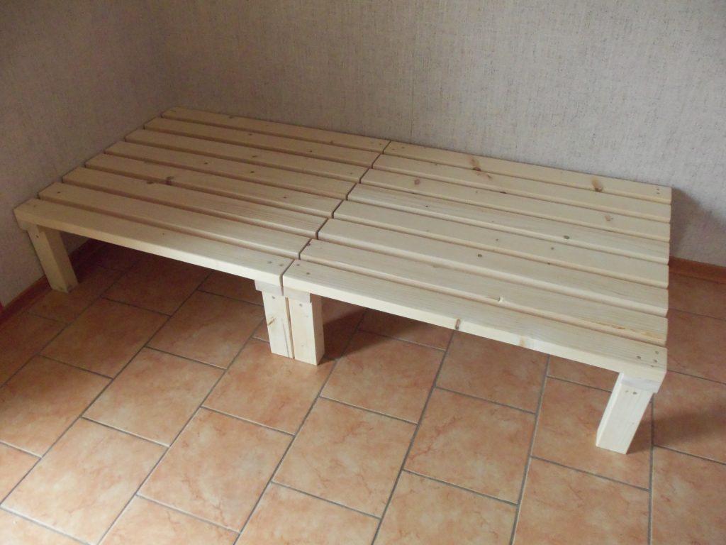 2 Holzpodeste mit je 45x90cm