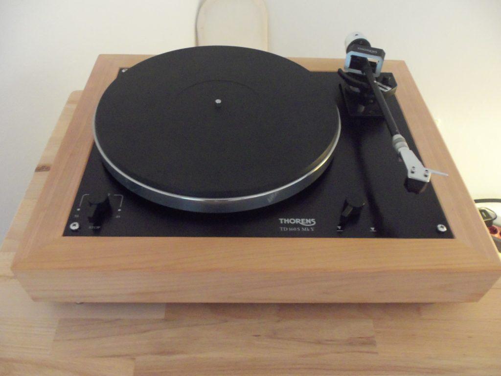 Ein in einem Holzrahmen eingefasster Schallplattenspieler
