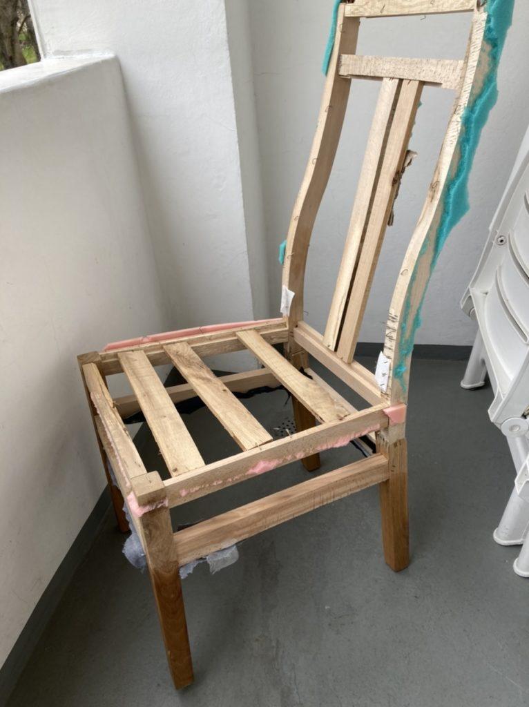 Holzgestell eines Stuhls mit Resten von Schaumstoff