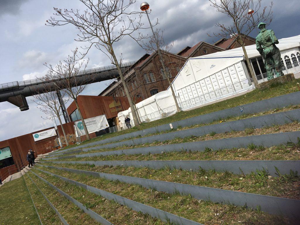 Phoenix West Dortmund Blick auf Zelte des Impfzentrums, im Hintergrund Warsteiner Halle
