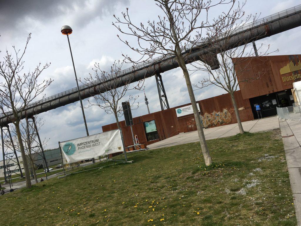 Phoenix-West Dortmund Blick auf Warsteiner Hall mit Plaketen des Impfzentrums