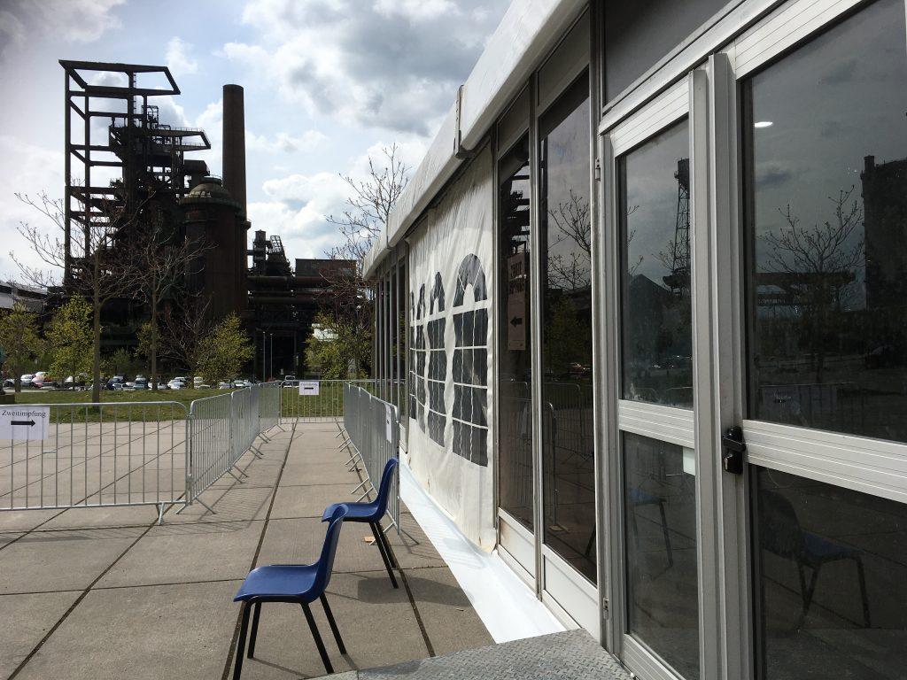 Phoenix West Dortmund - zwei Stühle am Eingang des Impfzentrums