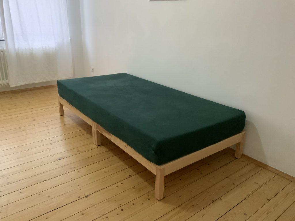 Zwei Holzpodeste mit Matratze darauf