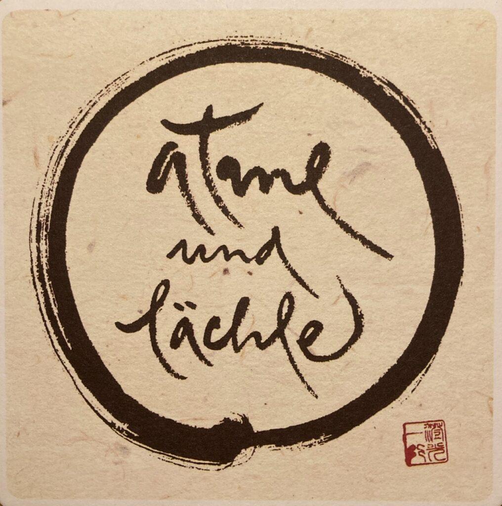 Kalligraphie: Kreis mit Text: atme und lächle